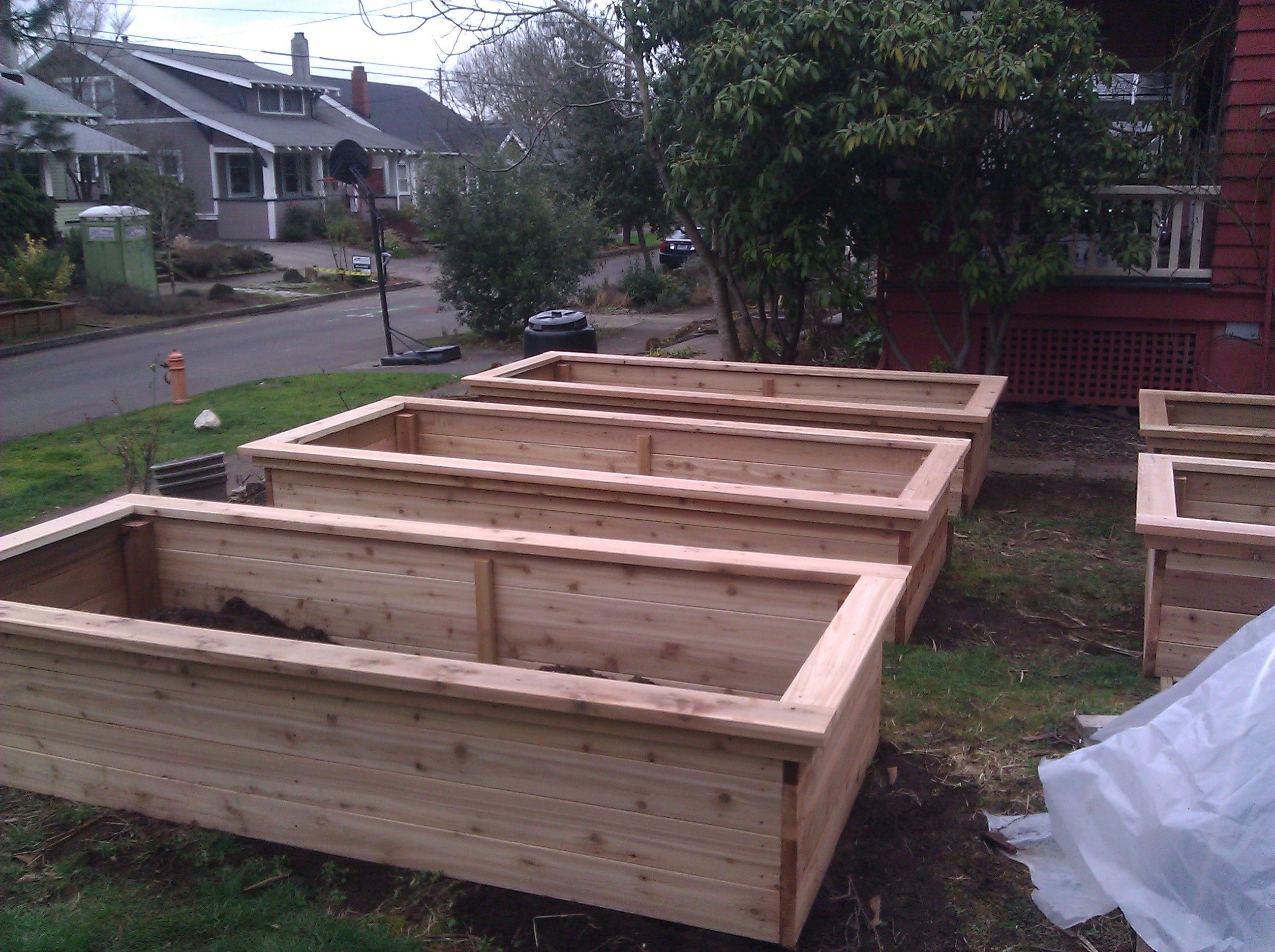 Best wood for raised garden beds 25 diy raised garden beds for Garden designs with raised beds