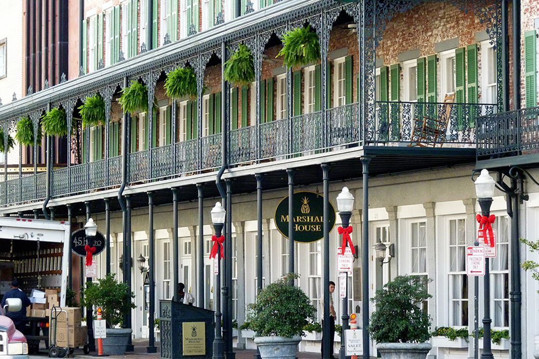 The Best Places To Stay In Savannah Near River Street Sand Sun Messy Buns Savannah Chat Savannah Hotels Places Around The World