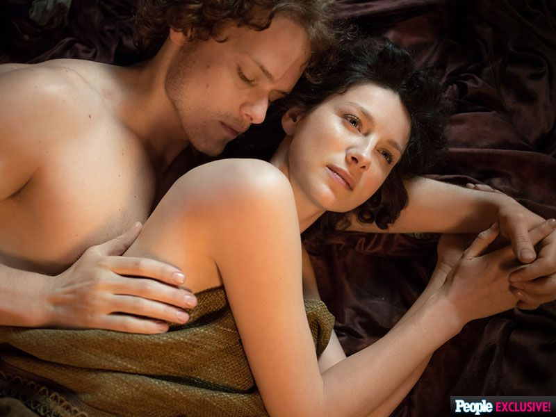 Photo Jamie And Claire Reunite In Bed On Outlander Outlander Claire Sam Heughan Outlander Outlander Tv