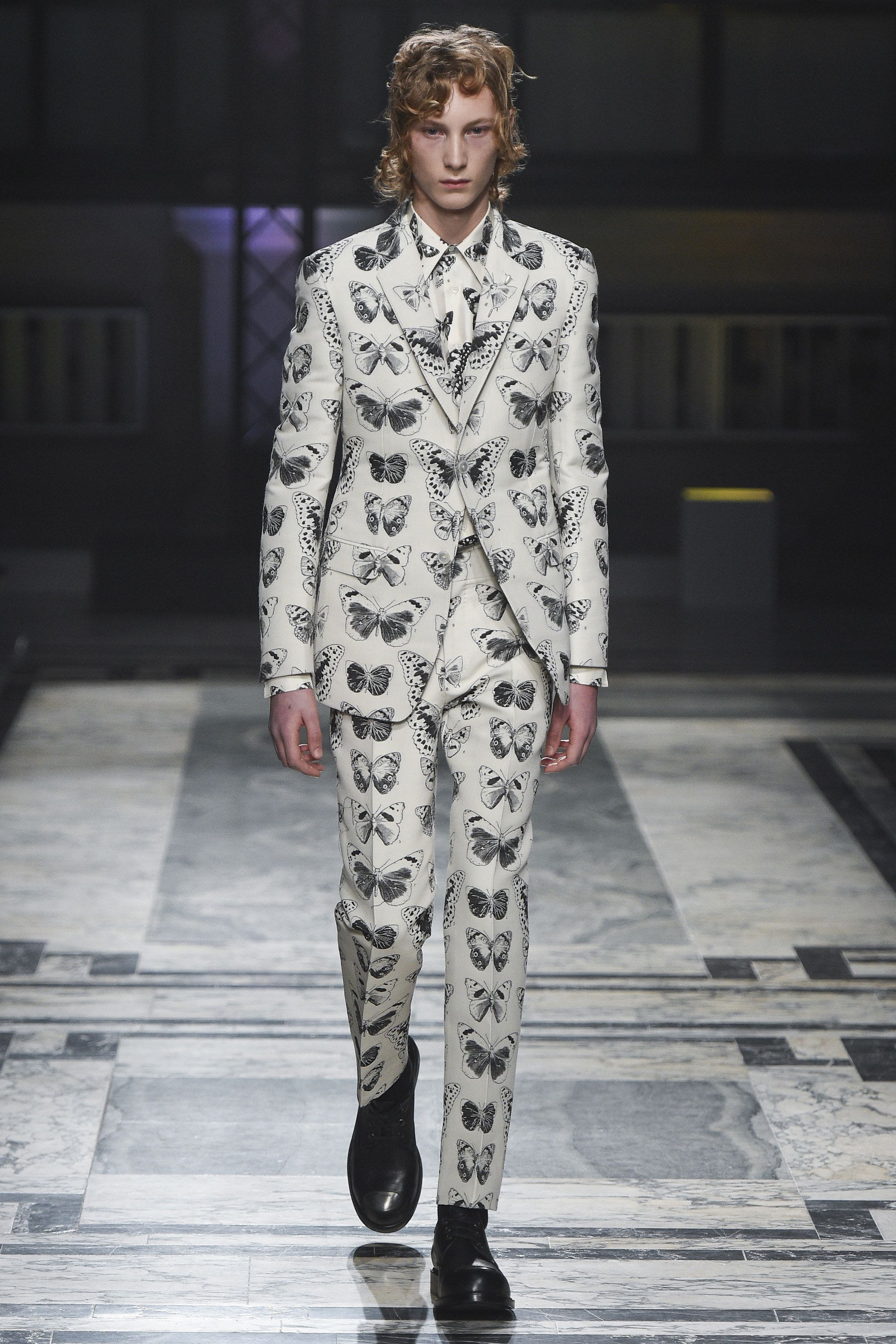 24cd9929316c27 Alexander McQueen Fall 2016 Menswear Fashion Show   Suit   Menswear ...