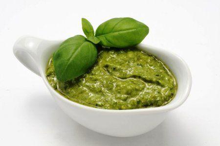 Соус Песто – это соус родом из Италии, очень ароматный зеленого цвета. Соус Песто подается к рыбе, макаронам, мясу и некоторым салатам. http://www.povarishka.com/sauce/725-sous-pesto.html