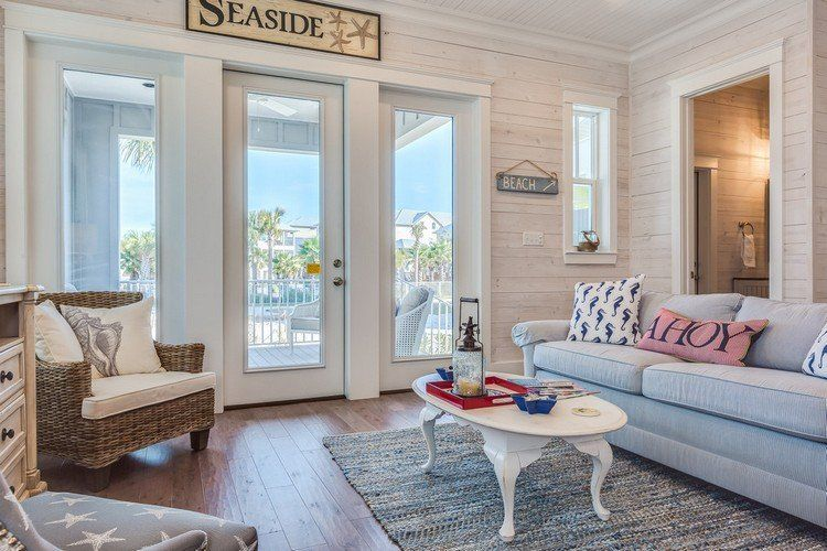Déco de style bord de la mer dans le salon aménagé avec un canapé gris clair
