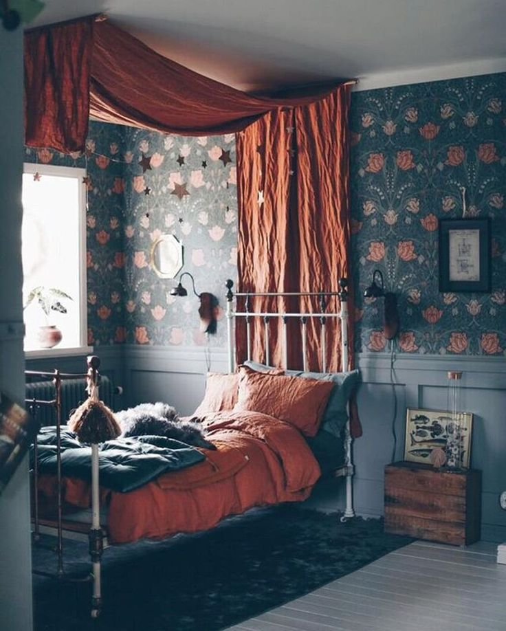 Canopy bed and florals. This was my childhood. ~ET