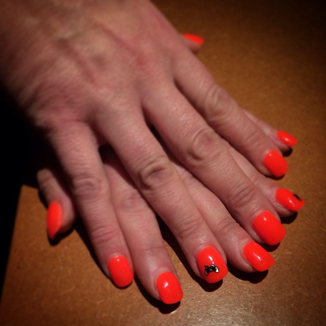 Pose de gel orange fluo sur ongles naturels