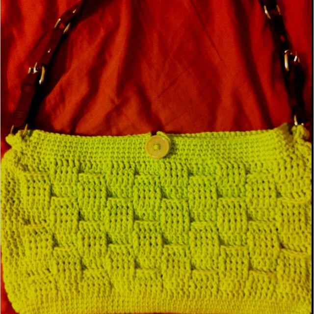 Basket weave shoulder bag.