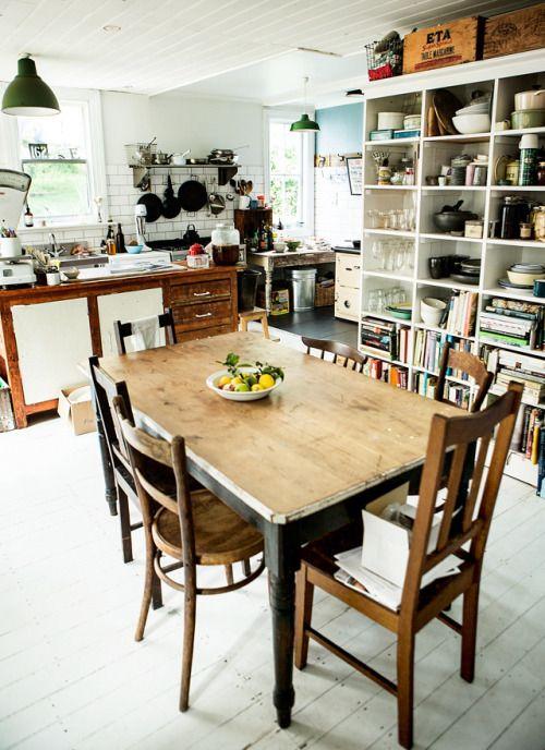 awesome utilitarian kitchen, tasmania. - Krasna miza, ostalo preveč natlačeno/našareno