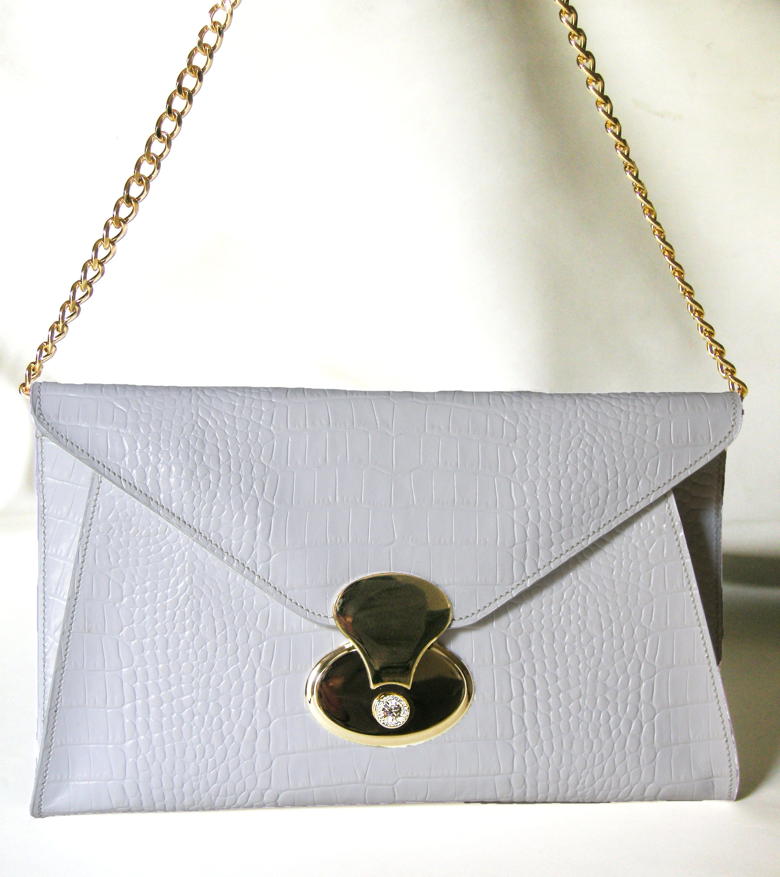 a530898e5b Pochette Bianca. Borsa pochette in pelle bianca verniciata impressa cocco.  Pochette a forma di busta con tracolla di catena color oro e chiusura  gioiello.