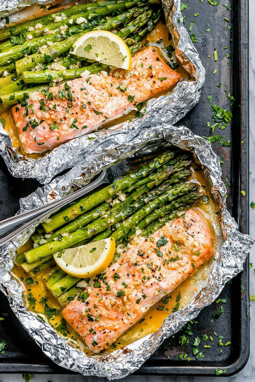 Salmon and Asparagus Foil Packs with Garlic Lemon Butter Sauce #salmonrecipes