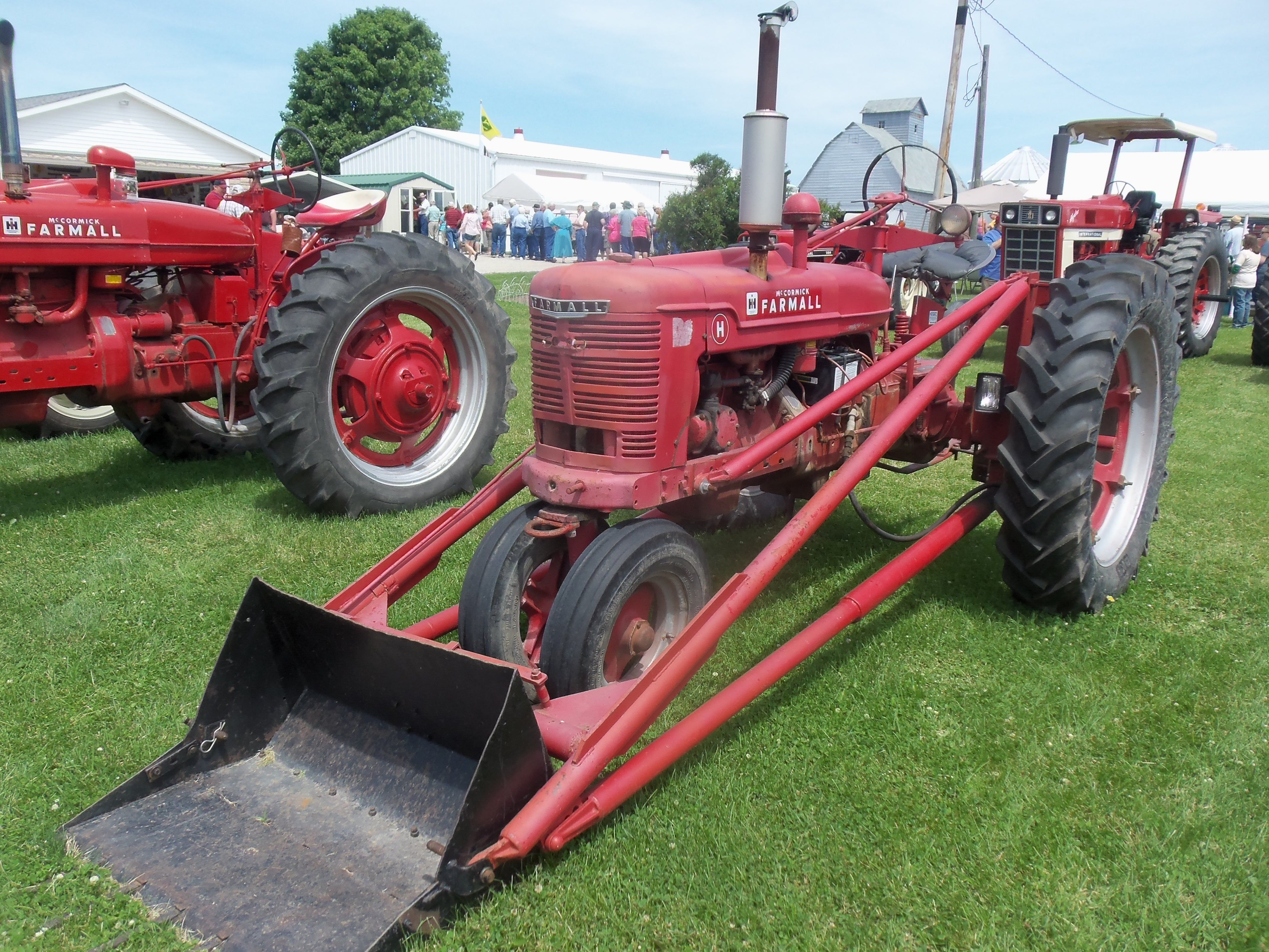 hight resolution of farmall h with loader