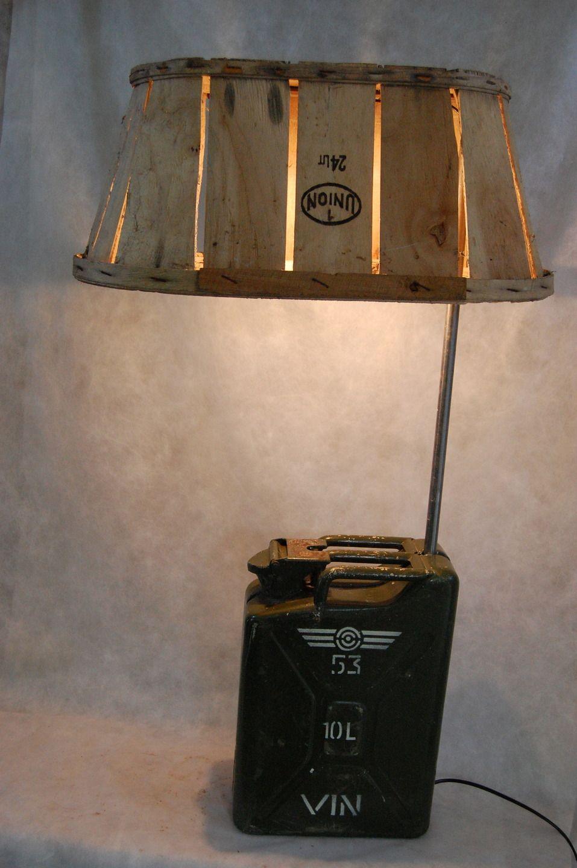 lampadaire industriel d tourn jerry cageot quoi de plus simple marier un vieux jerry can et. Black Bedroom Furniture Sets. Home Design Ideas