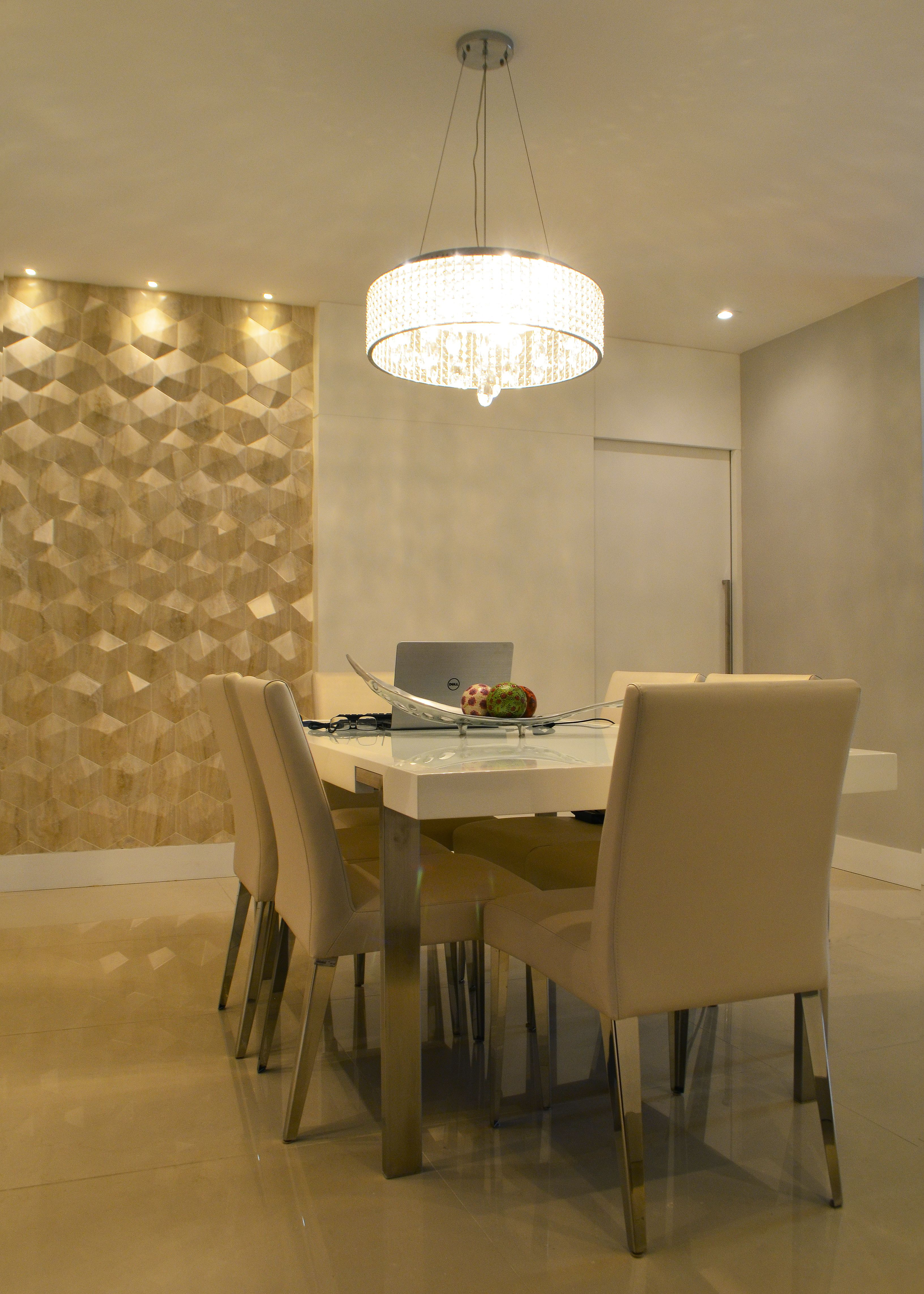Sala com estilo moderno e contemporâneo, com uso de lustre ...