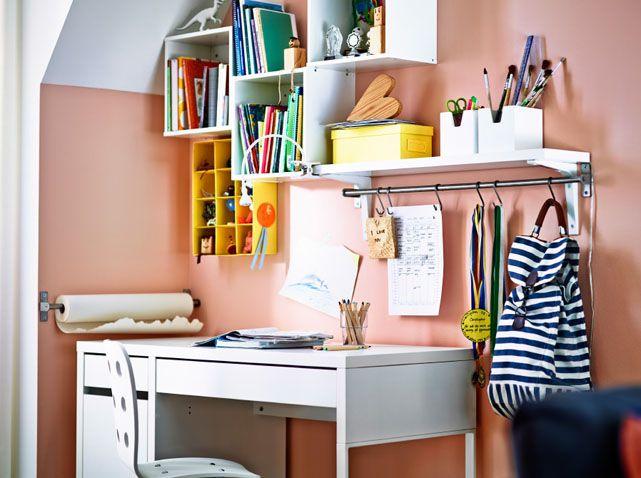 Un méli mélo de rangements muraux au dessus du bureau chambre