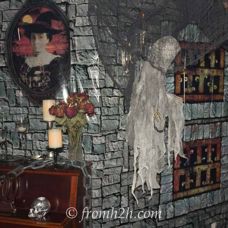 Transform Your Living Room Into A Spooky Haunted House By Following These Instructions On How To Use Halloween Scene Setters