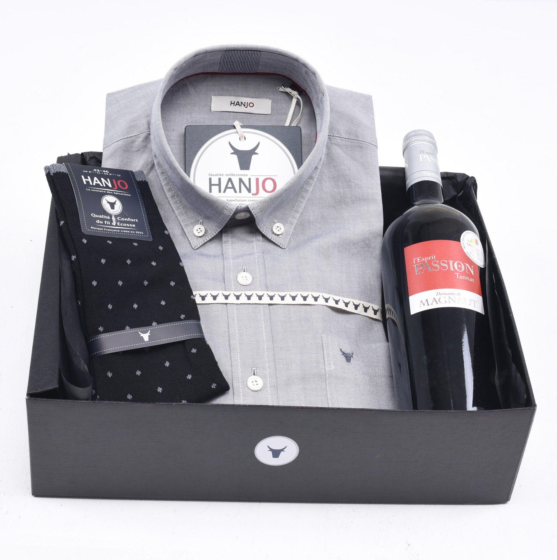 """Coffret Idée Cadeau de Noël pour Homme """"Premier Cru""""  Chemise Homme grise en tissu oxford + bouteille de vin rouge et chaussettes en fil d'écosse Hanjo, le vestiaire des épicuriens : https://hanjo.fr"""