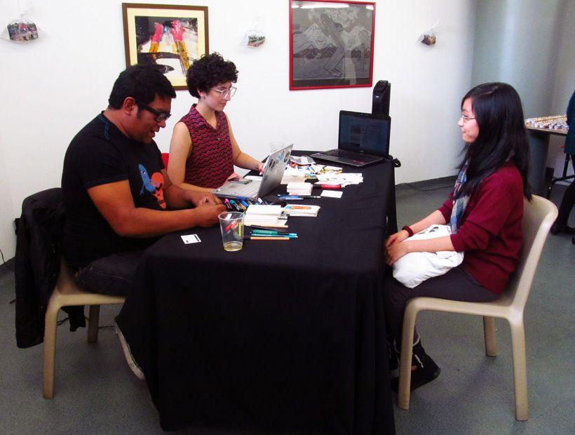 Amadeo y María dibujando a unas de las afortunadas que nos visitaron el sábado 1/6 en la SUM.