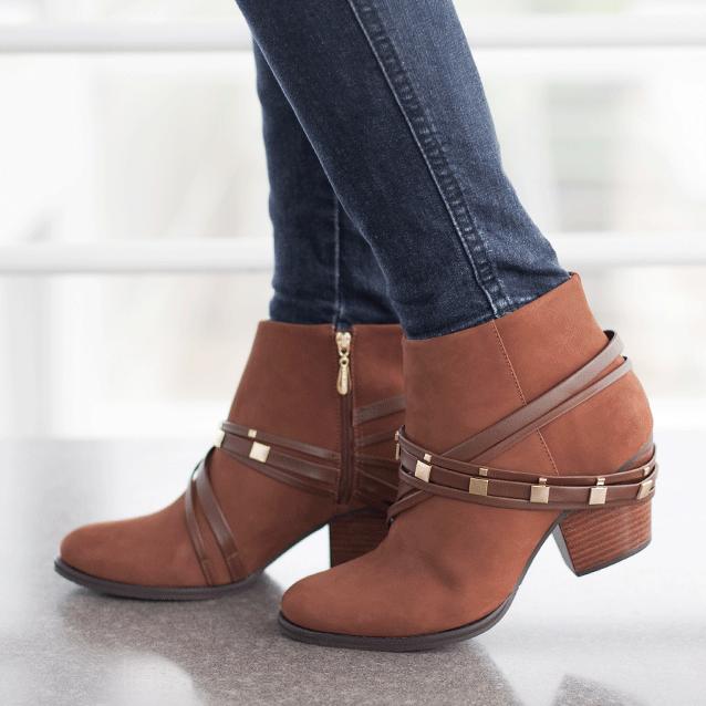 Ankle boot prática, versátil e com detalhes incríveis... daquelas de não querer tirar mais do pé! Compre no shop.miezko.com #miezko #shopmiezko #lançamento #inverno2015 #paratododia