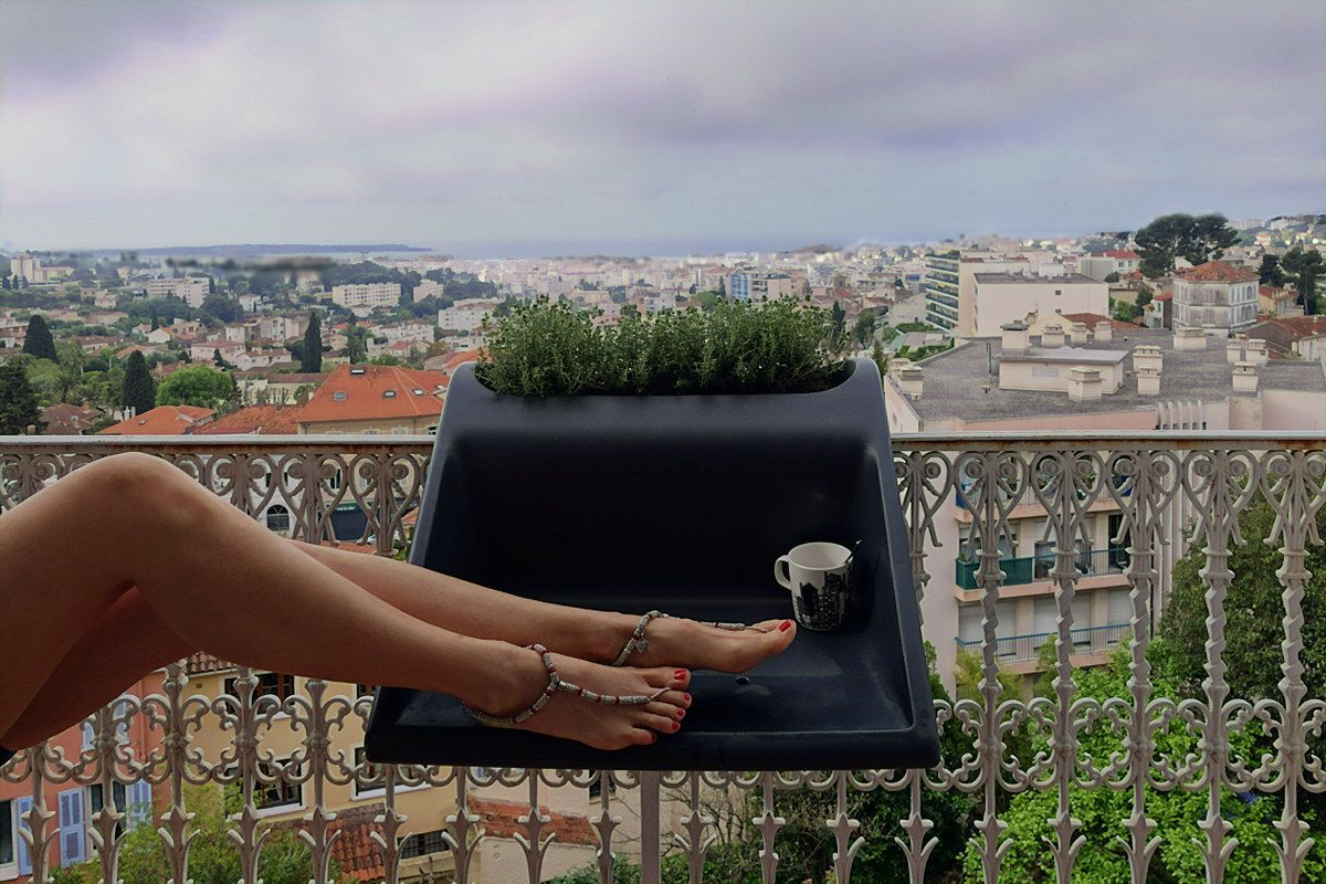 Balkonzept: chillin above the roofs of cannes france détendez