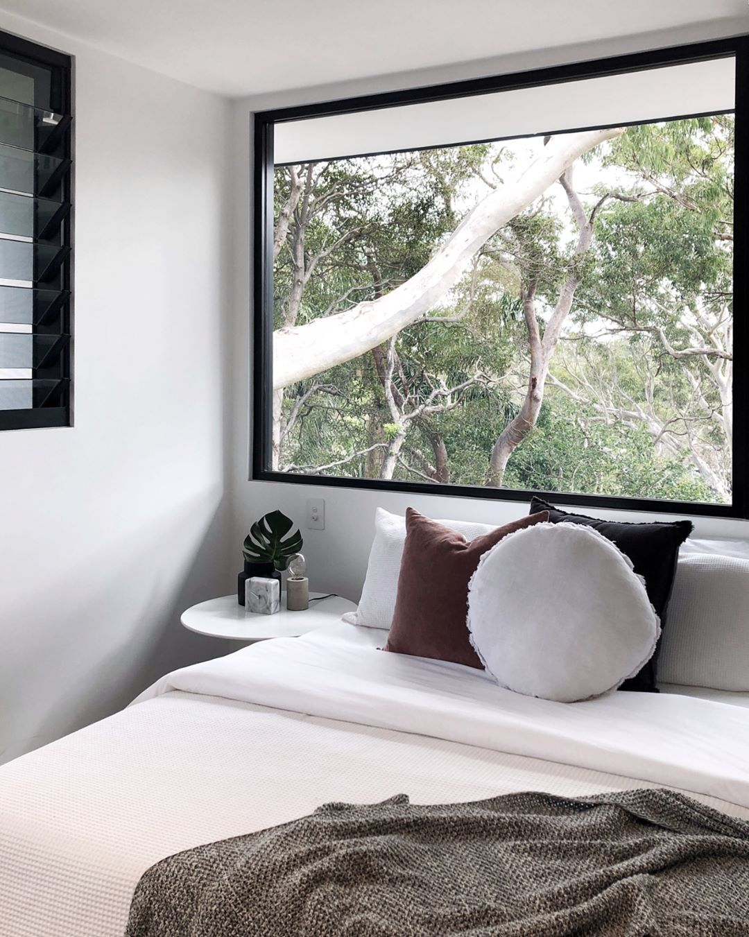 Bedroom ideas window behind bed  w i n d o w g o a l s how beautiful is this treetop bedroom weuve