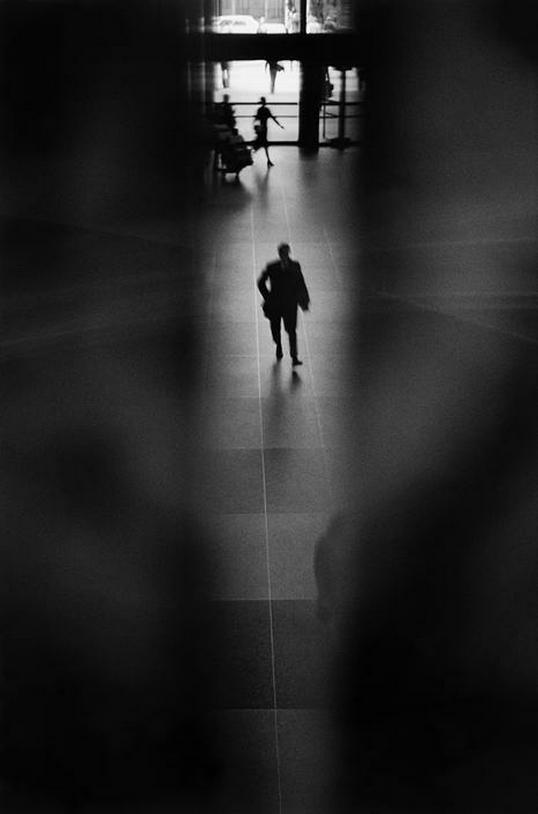 travellers in grand central terminal, nyc, 1975, photo byerich hartmann/magnum photos