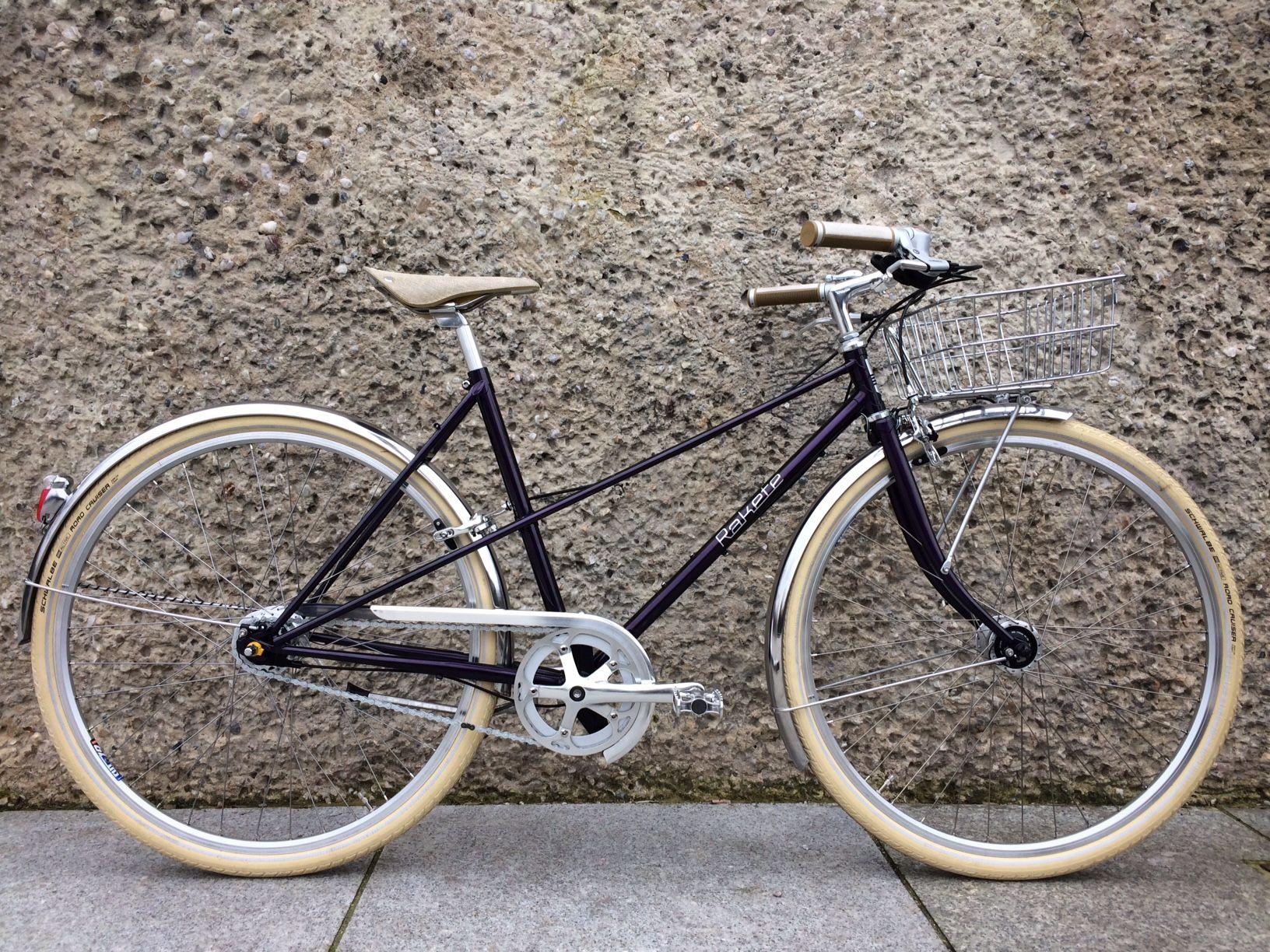 RAKETE Mixte in Lila-metallic mit Gilles Berthoud Schutzblechen und front Gepäckträger mit passendem Korb - Rakete Fahrräder