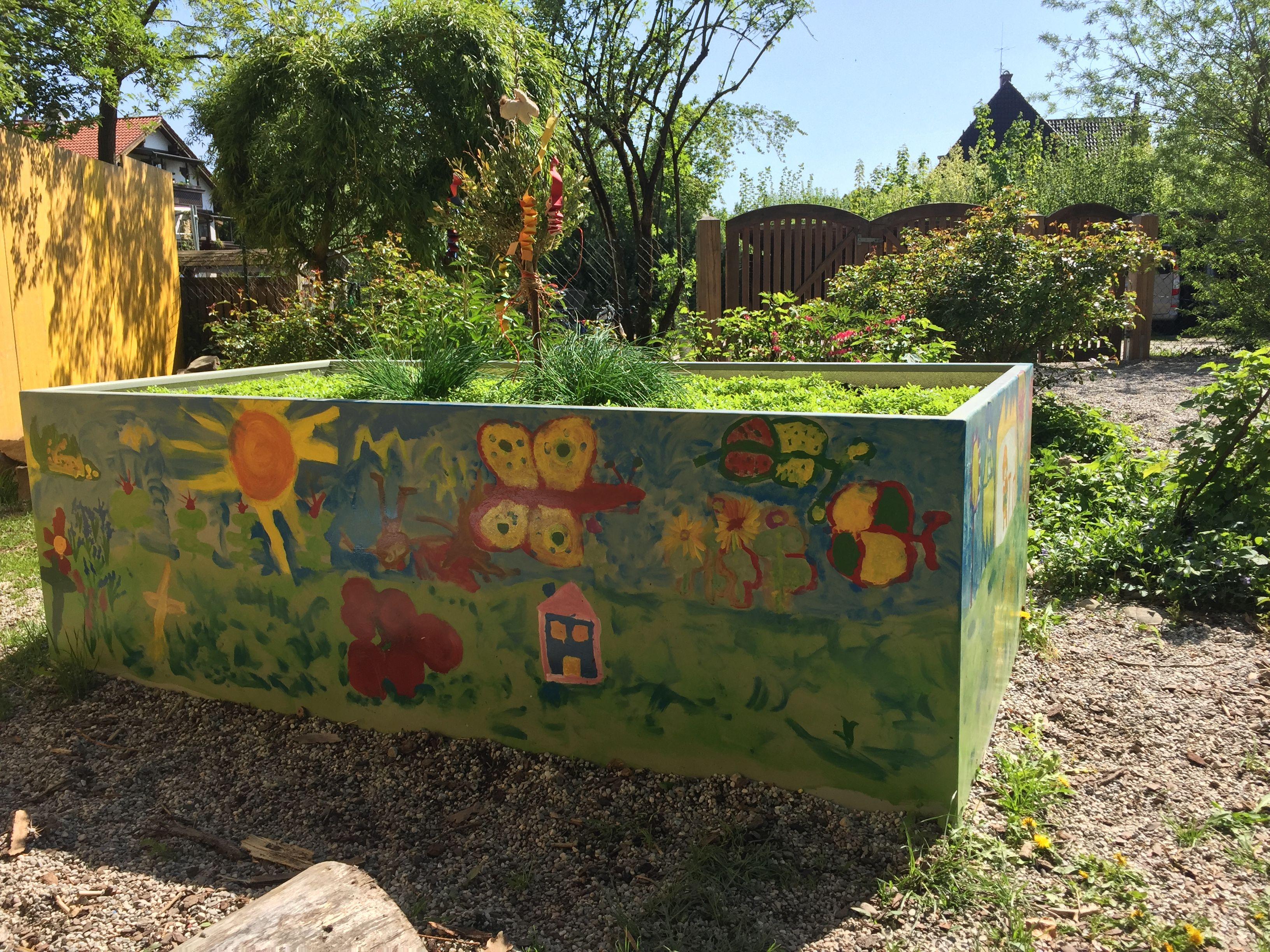 Dieses Tolle Kunstwerk Haben Die Kinder Eines Kindergartens Aus Unserem Gespendetem Hochbeet Gemacht Hochbeet Geschenk Abschied Kindergarten Haus Und Garten