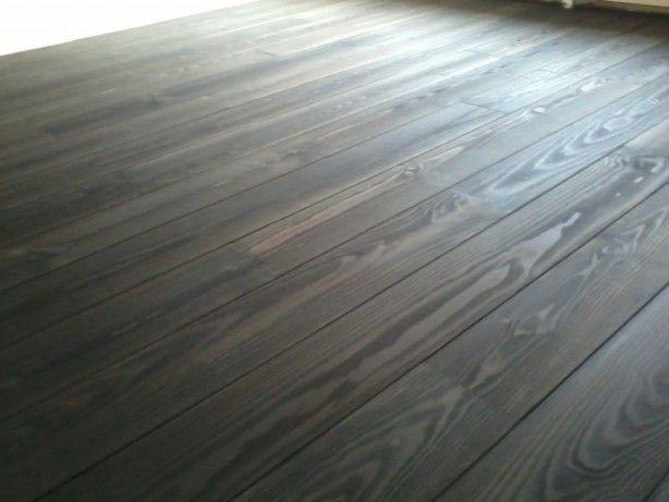 Grenen vloer donker gebeitst door onderhoud van parket