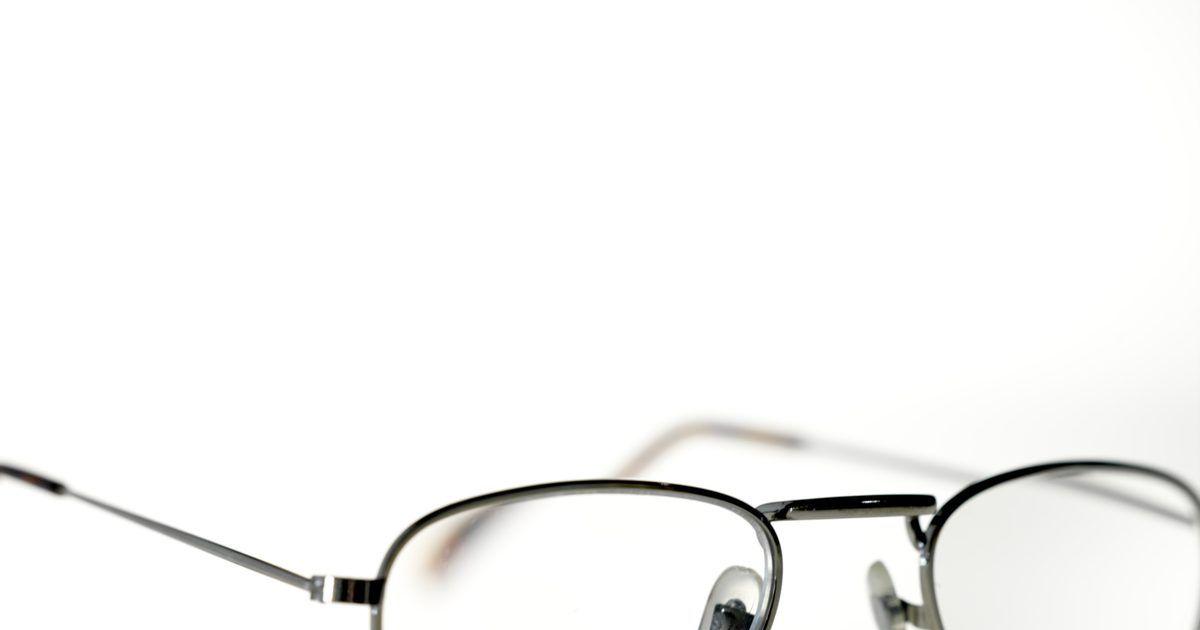 9a3b3bb24cf21 Como desentortar uma armação de óculos de metal. As armações de óculos de  metal têm