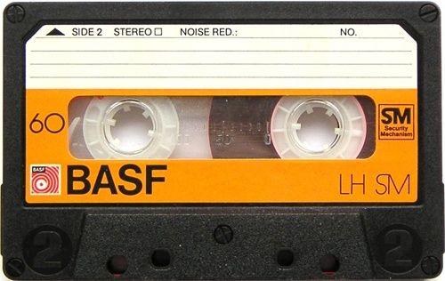01. Você ficava esperando sua música predileta tocar no rádio, já com a fita no ponto para poder gravar e ouvir 500 vezes  via 30 coisas que entregam que você passou dos 30 (ou tá chegando lá… ;D)