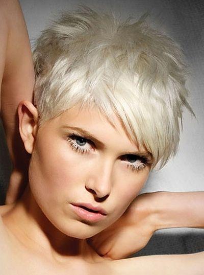 Taglio di capelli corti biondo platino