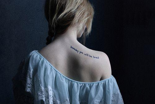 Tatouage Femme Phrase Derriere Epaule Courbe Perso Pinterest