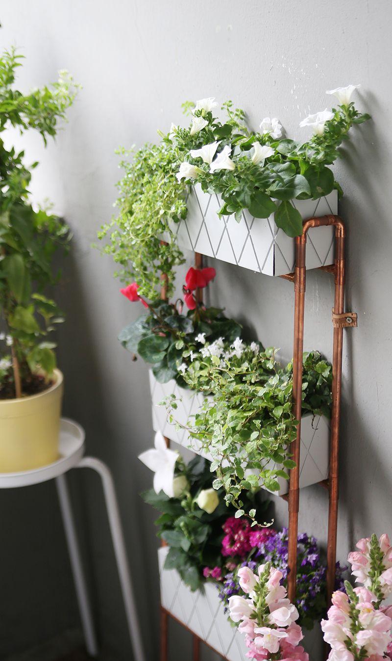 diy} für kleine balkons: pflanzregal aus kupferrohren, Gartengerate ideen