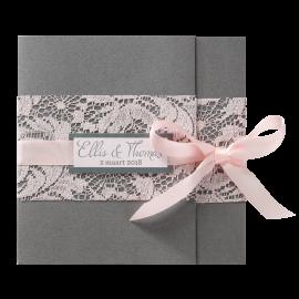 Stijlvolle trouwkaart met roze kant en satijnen lint