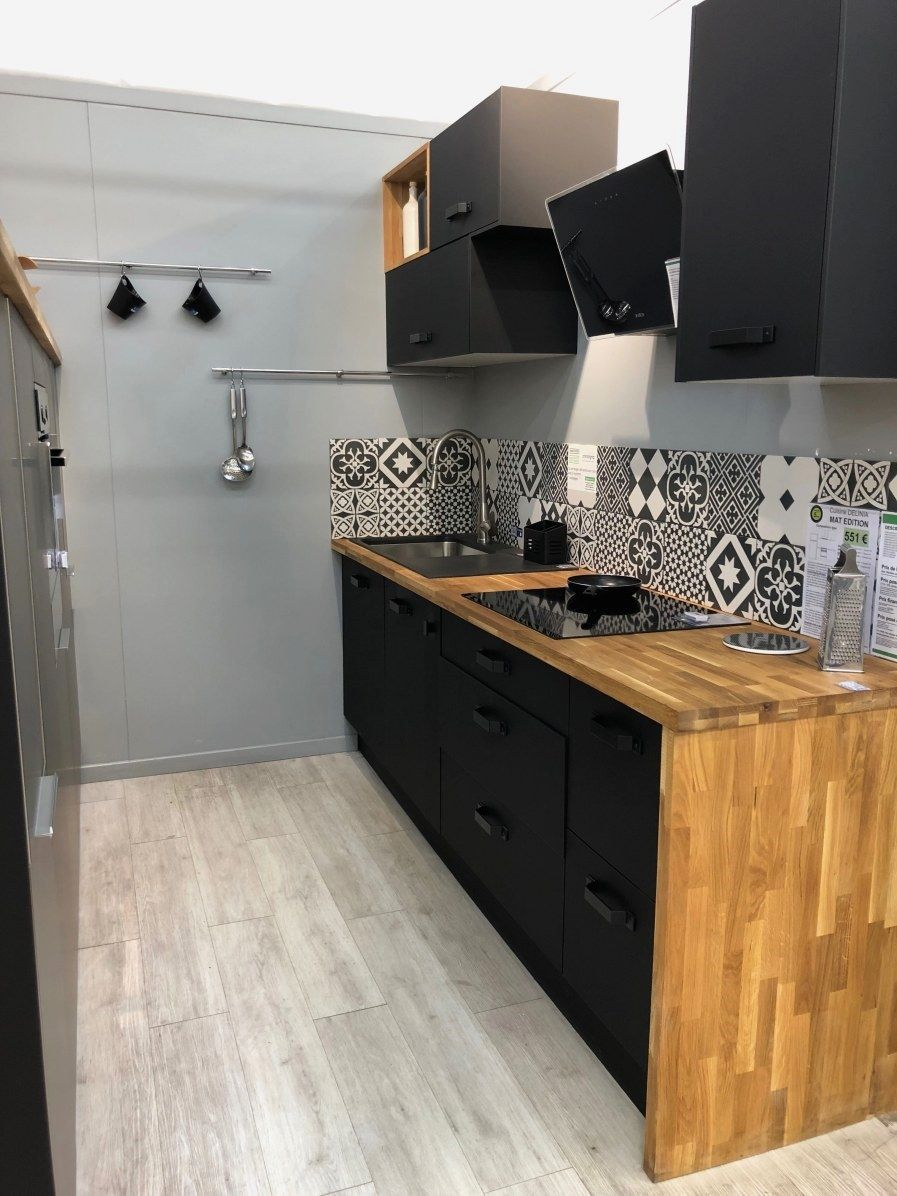 Cuisine Noire Et Bois Cuisine Noire Et Bois Credence Cuisine Noire Et Bois Ilot Cuisine Noire Et Bo In 2020 Rustic Kitchen Rustic Kitchen Cabinets Kitchen Cabinets