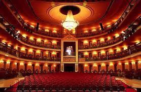 O majestoso Teatro de São Luís, palco da elite portuguesa em tempos memoráveis