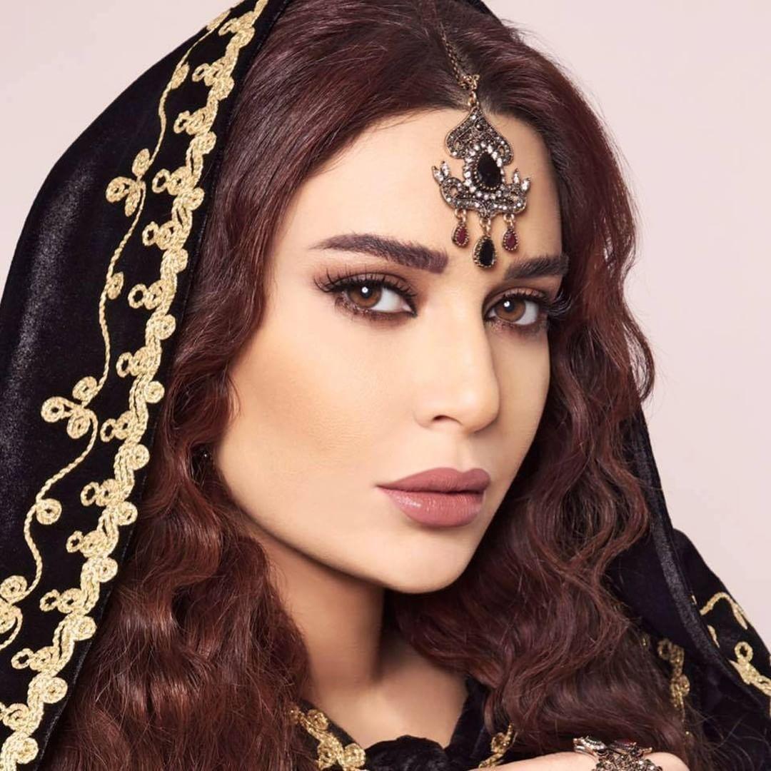 أعجبتنا إطلالات وتسريحات شعر سيرين عبد النور في مسلسل قناديل العشاق يمكنك أن تستوحي منها تسريحات شرقية لأمسيات رمضان باستخد Famous Models Model Crown Jewelry