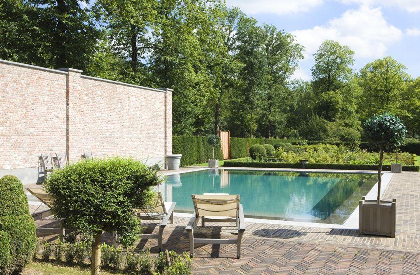Buitenzwembad overloopzwembad in tuin van kasteel u de mooiste