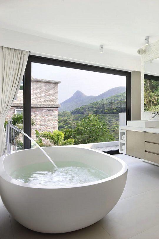 Grande baignoire ronde pour la salle de bains. http://www.m-habitat ...