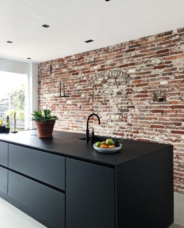 """HomeDeco on Instagram: """"Hoe gaaf is deze keuken met bakstenen muur en all-black keukeneiland?🖤 Gespot via HomeDeco Binnenkijken, waar dagelijks de mooiste foto's…"""""""