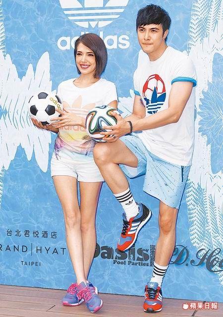 許瑋甯(左)和謝佳見昨活力展現adidas Originals世足概念新品。