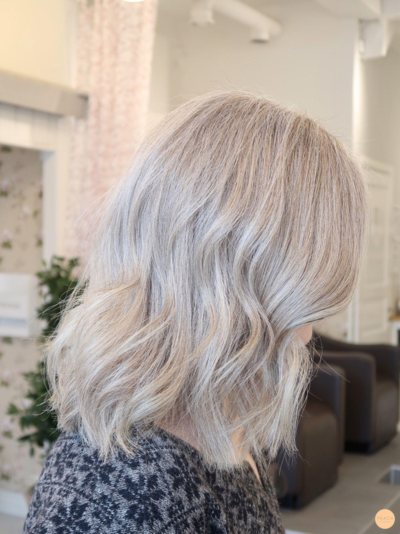grått hår med slingor