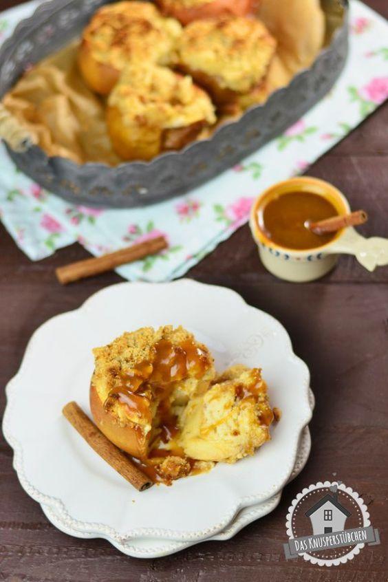 Ein Zimt Cheesecake gebacken in einem ausgehöhlten Bratapfel und bestreut mit Knusper-Mandelstreuseln - A cinnamon cheesecake baked in apples and topped with almond crumble