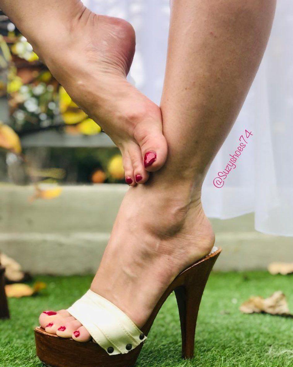 🤍🤍🤍 #kiara #kiarashoes #zoccoli #suzannesesexyskoene #muleshoes #mules #sexyarches #sexyarch #wrinkledarches #archedfeet #feetarch #higharchesfetish #higharchedfeet #feet #feetworship #feetlovers #heels #heelsaddict #shoeaholic #barefeetfetish #iloveheels #legs #redtoes #whiteheels #prettyfeetgang #prettyfeetelite #toes #toesfetish