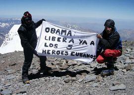 En la cima del Aconcagua, dos alpinistas argentinos