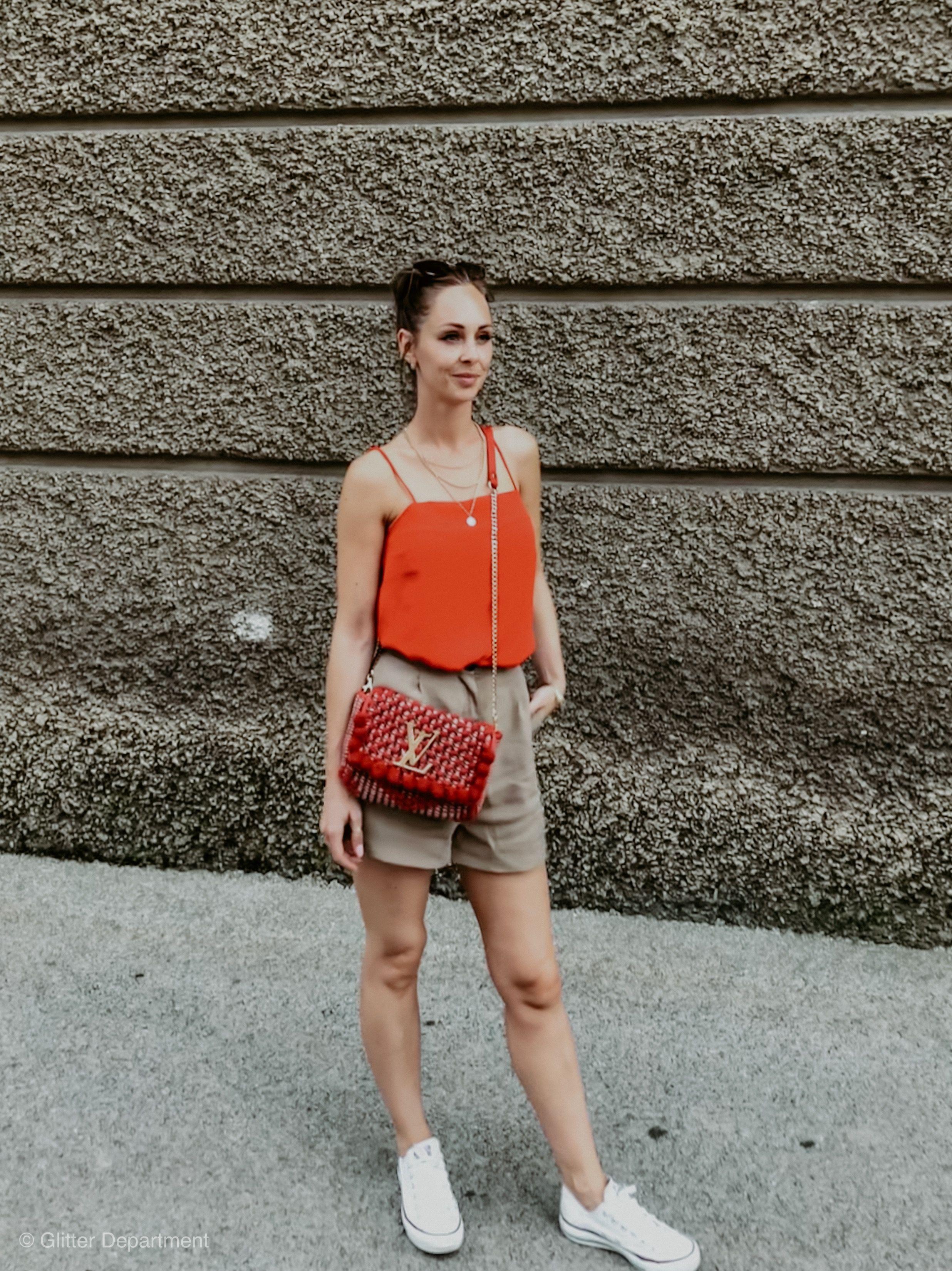 Sommer Outfit Damen mit einer kurzen Hose, Chucks und