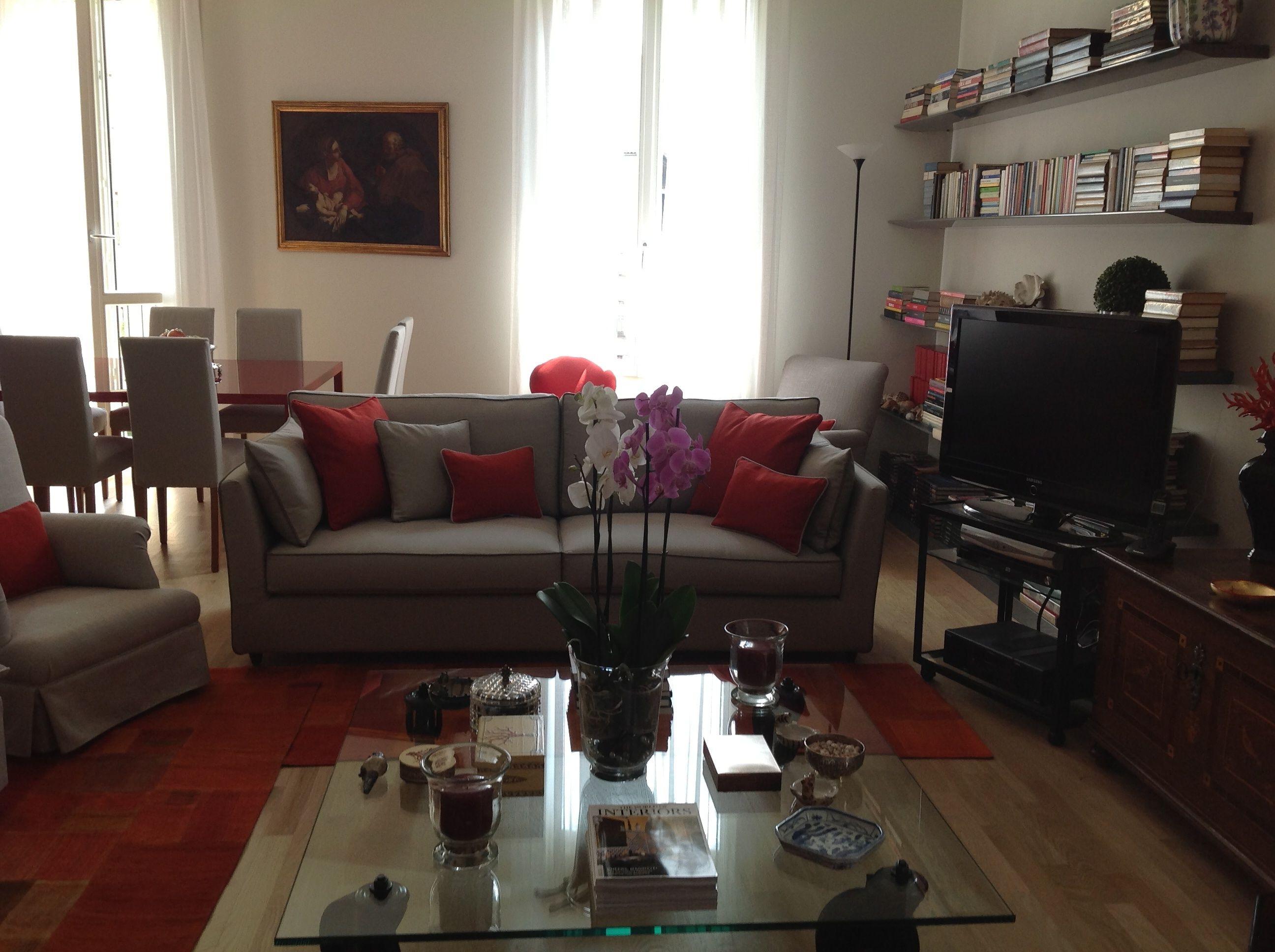 Soggiorno arredato di un elegante appartamento nel cuore di Milano ...