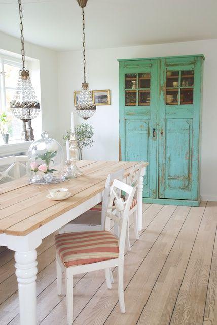 Jolie salle à manger avec un beau meuble vintage peint en turquoise