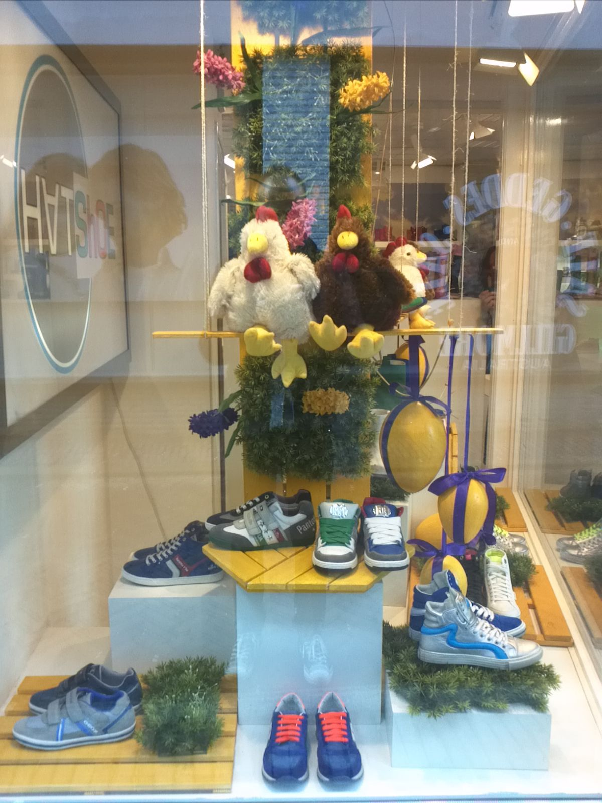 Easter springwindow at childrens shoe store styled by for Interieur winkels