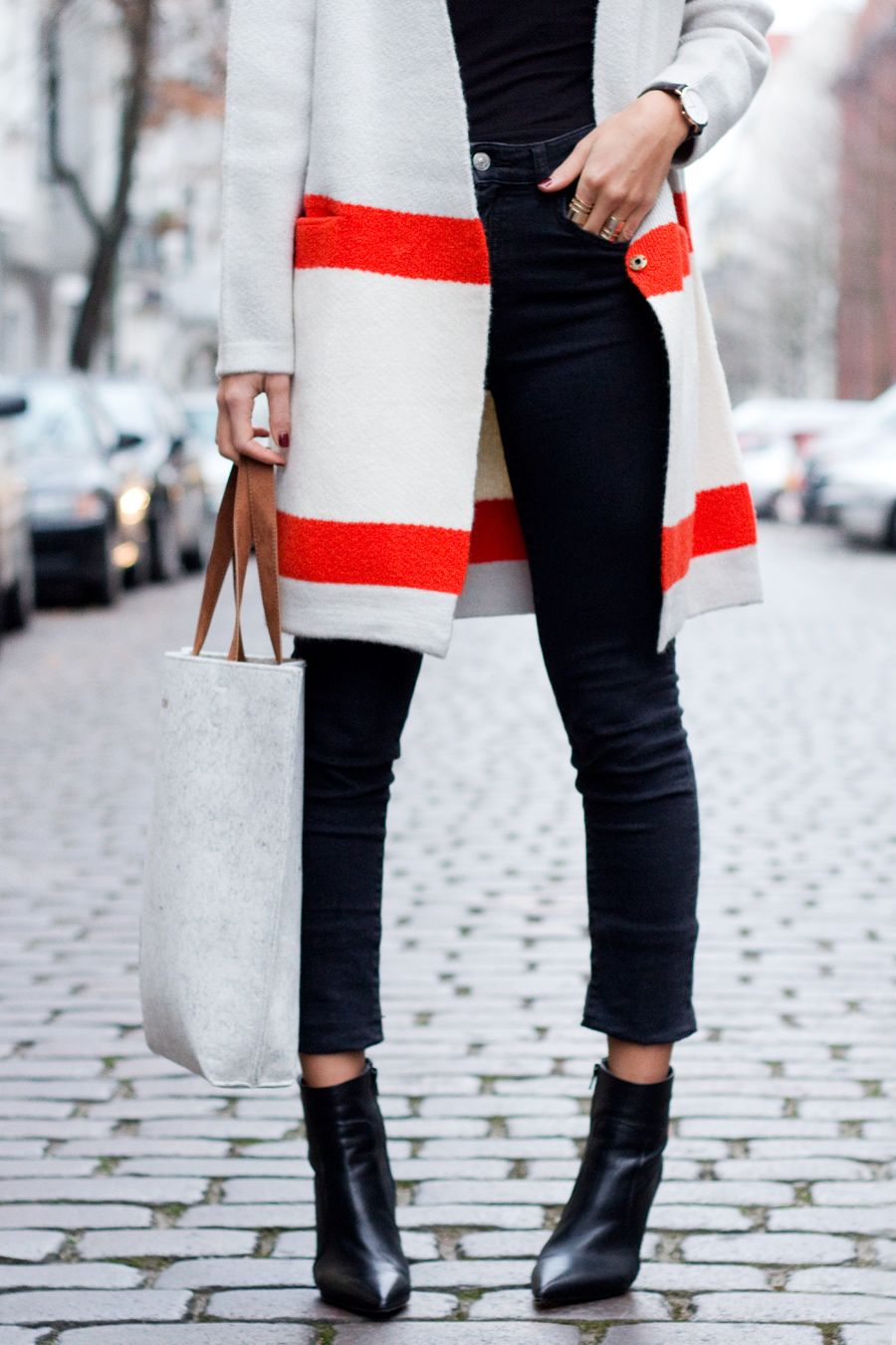 Fashion : Fall / Winter. Long wool coat with black denim and black ankle boots.