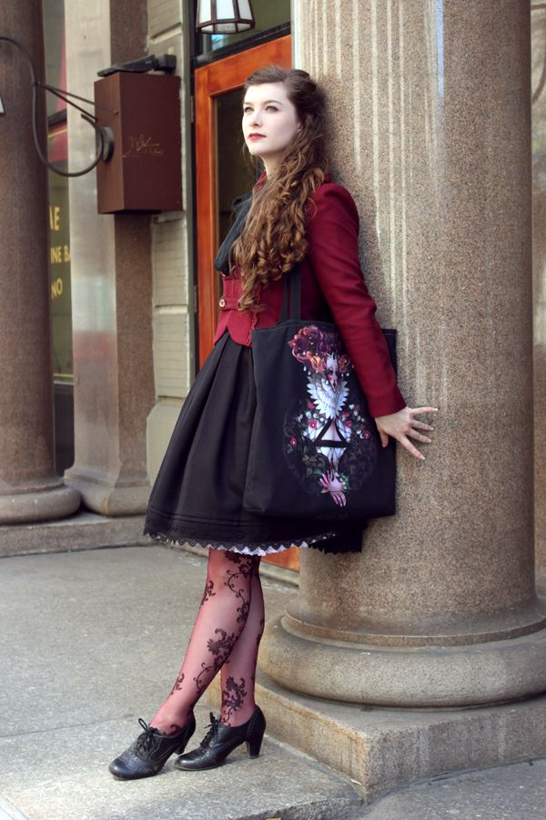 After a long day walking around New York, we went to watch the Phantom of the Opera on Broadway. It really was spectacular! Skirt: Innocent Wolrd Jacket: Innocent World Tote bag: @naylemonstre on Society6 Tights: Hue Shoes: Eurostep Scarf:...