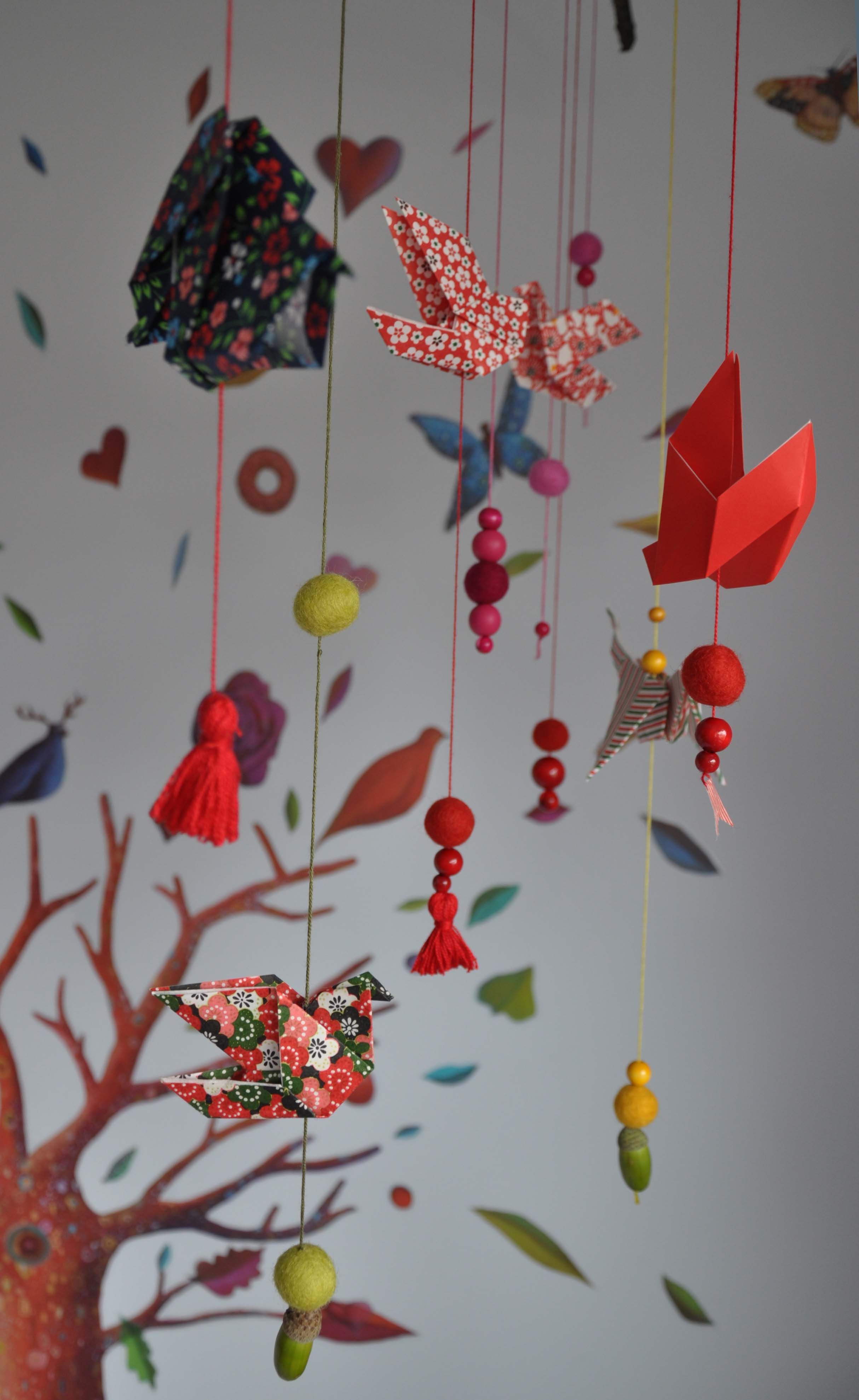 diy mobile pour bébé origami coloré et jolies perles